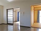 LDK入口からみた改装前の洋室と和室